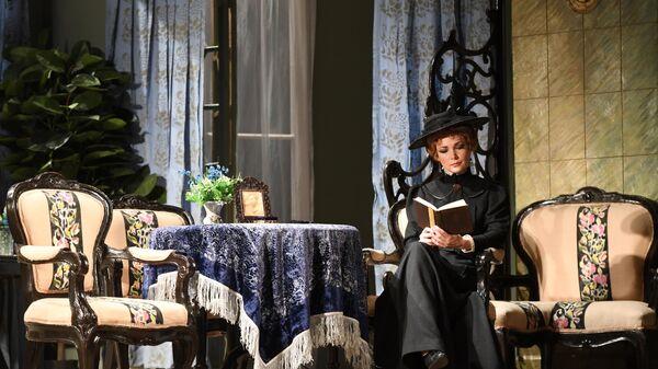 Актриса Наталия Медведева в роли Маши в сцене из спектакля Три сестры в МХАТ им. М. Горького.