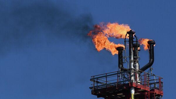 Факел стационарной платформы компании Лукойл на нефтегазоконденсатном месторождении имени Владимира Филановского в северной части акватории Каспийского моря