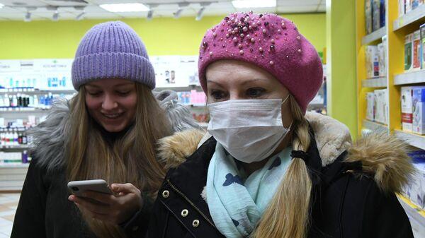 Покупательница в защитной маске в аптеке Владивостока