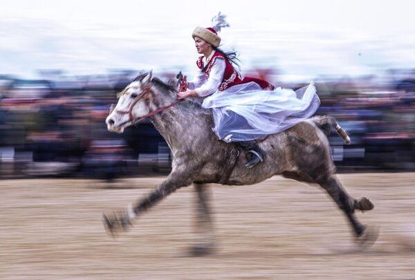 Каскадер Диана Аширбаева во время показательных выступлений в рамках чемпионата Нарынской области по традиционной конной игре кок-бору в селе Казыбек Ат-Башинского района в Киргизии