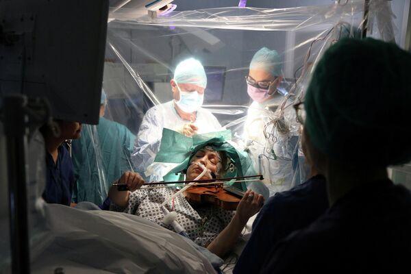 Пациентка играет на скрипке во время операции в больнице Королевского колледжа в Лондоне