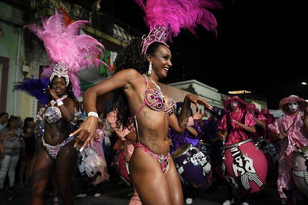 Танцоры и музыканты в Монтевидео во время Llamadas, открывающего карнавал в Уругвае