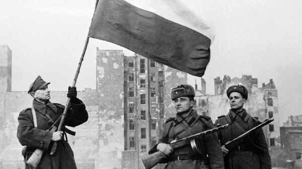 Воины Войска Польского (слева с флагом) и Советской Армии (справа) перед водружением государственного флага Польши над освобожденной Варшавой