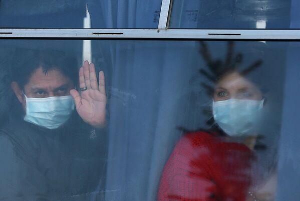 Эвакуированные, прибывшие из Китая, в аэропорту Харькова, Украина. 20 февраля 2020
