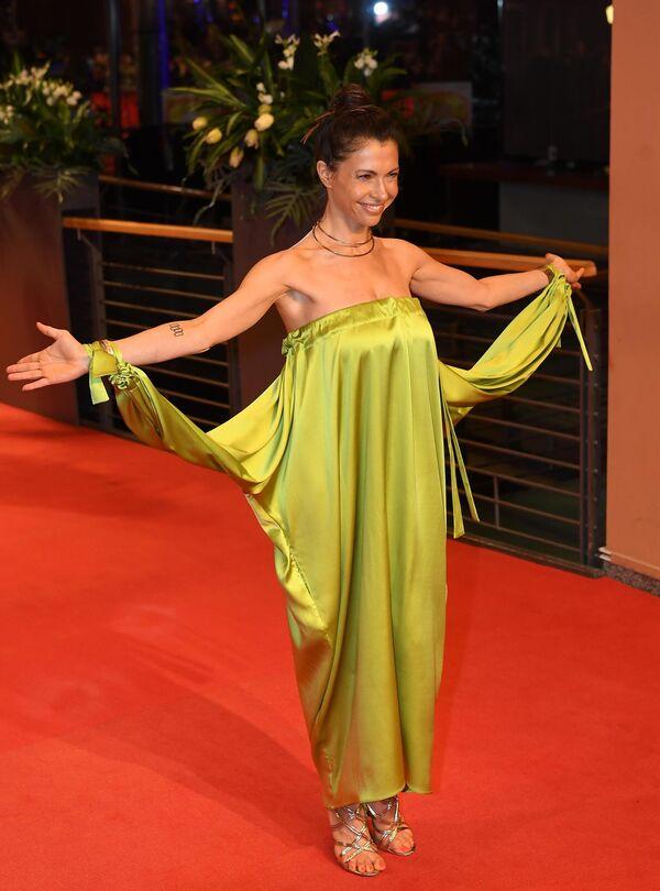 Актриса Яна Палласке на красной дорожке церемонии открытия юбилейного 70-го Берлинского международного кинофестиваля Берлинале - 2020