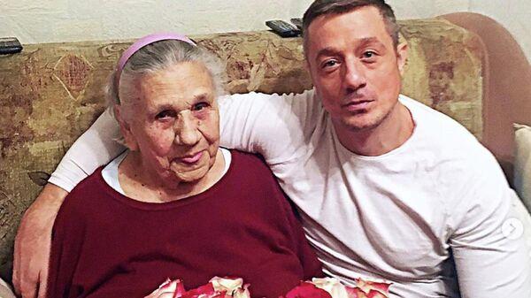 Актер Алексей Макаров со своей бабушкой Ольгой Полищук