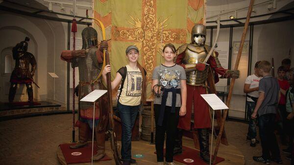 Посетители на фоне манекенов воинов в экспозиции музея Башня Громовая