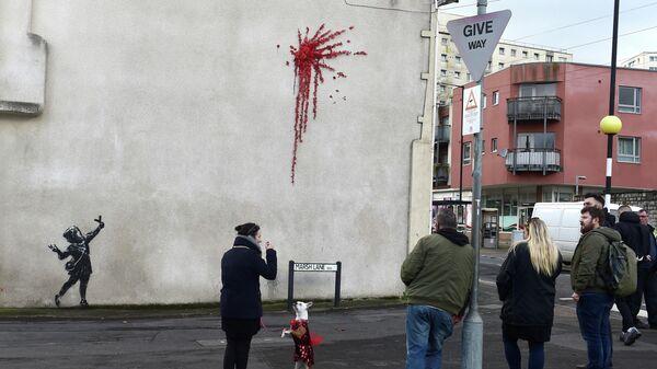 Работа художника Бэнкси, изображенная на Марш-лейн в Бристоле