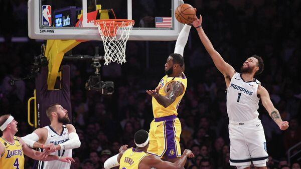 Форвард Лос-Анджелес Лейкерс Леброн Джеймс в матче НБА против Мемфис Гриззлис