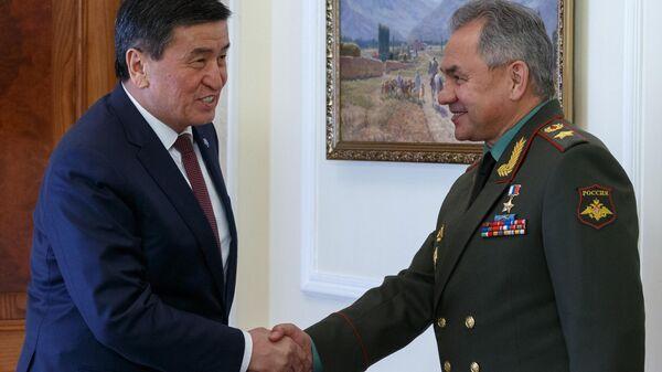 Президент Киргизии Сооронбай Жээнбеков и министр обороны РФ Сергей Шойгу во время встречи в Бишкеке
