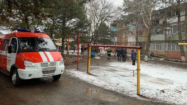 Сотрудники спасательной службы МЧС РФ на месте взрыва бытового газа в трехэтажном жилом доме в Азове в Ростовской области