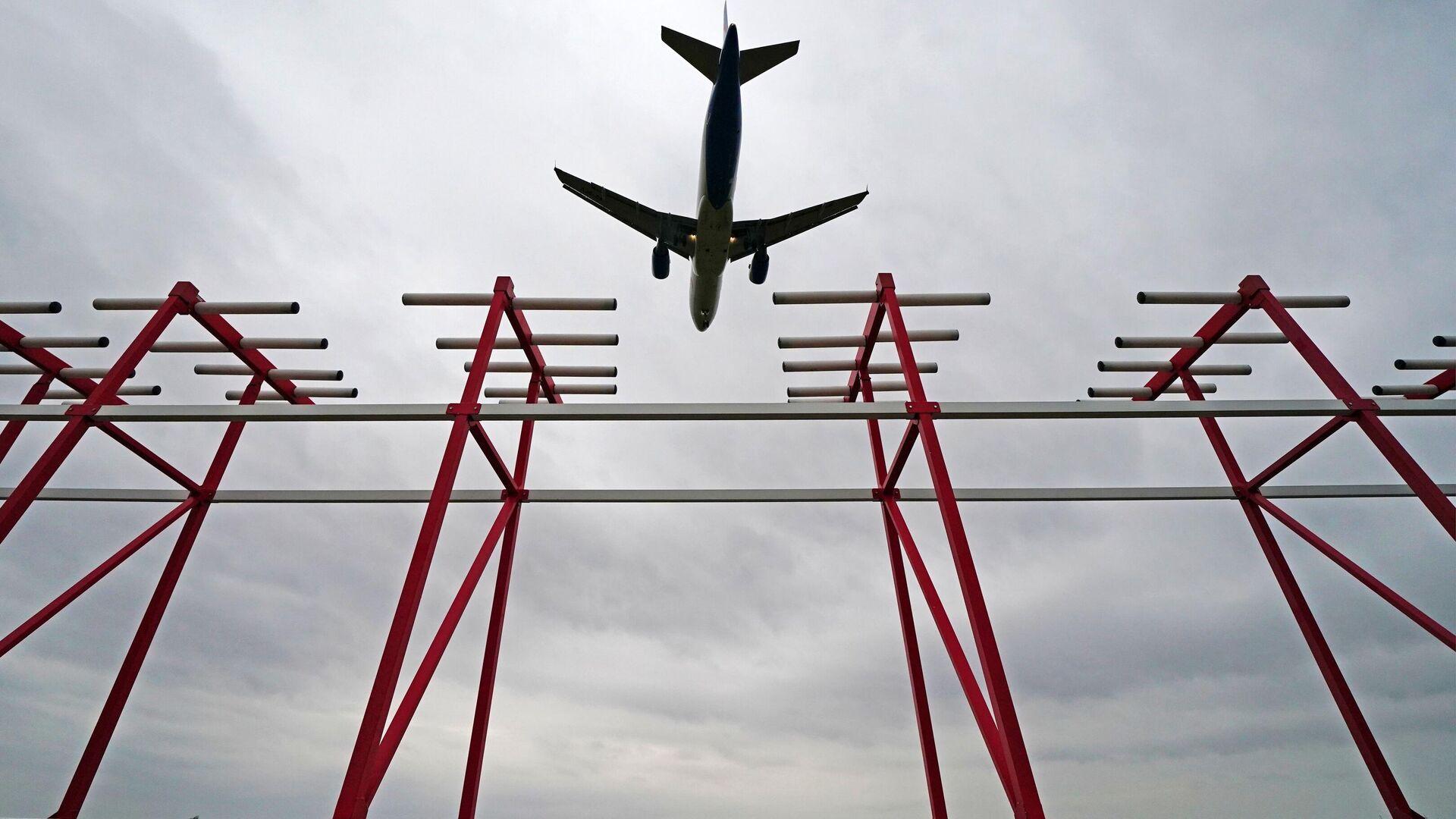 Самолет пролетает над курсовым радиомаяком системы посадки в аэропорту - РИА Новости, 1920, 12.01.2021