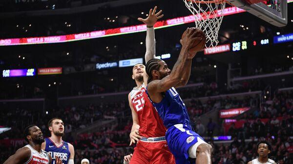 Форвард Лос-Анджелес Клипперс Кавай Леннард в матче НБА против Сакраменто Кингз