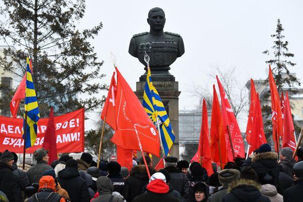 Митинг КПРФ в честь 102-й годовщины создания Рабоче-крестьянской Красной армии и Военно-Морского флота возле бюста Александра Покрышкина на Красном проспекте в Новосибирске
