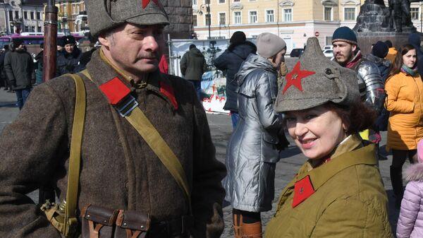 Участники исторической реконструкции времен Великой Отечественной войны во время праздничных мероприятий в честь Дня защитника отечества во Владивостоке