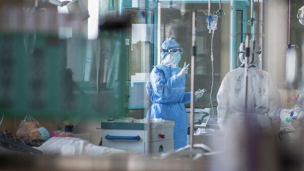 Медсестры работают в отделении интенсивной терапии, специализирующемся на пациентах, инфицированных коронавирусом в Ухане