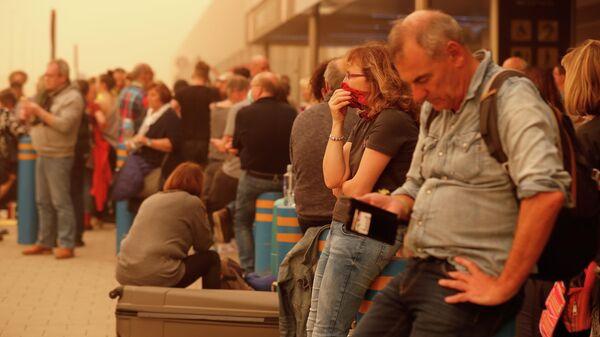 Туристы, ожидающие вылета с Канарских островов в связи с песчаной бурей