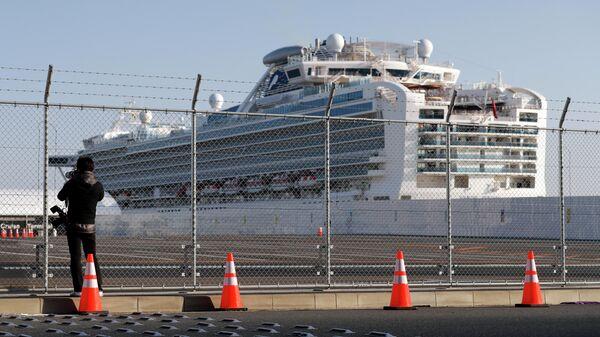 Журналист у круизного лайнера Diamond Princess в порту Йокогама, Япония