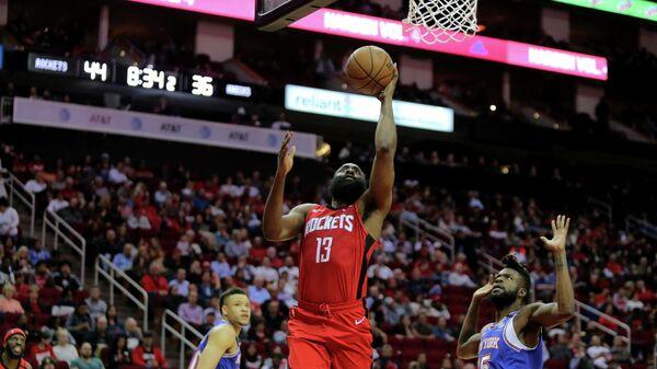 Защитник Хьюстон Рокетс Джеймс Харден в матче НБА против Нью-Йорк Никс