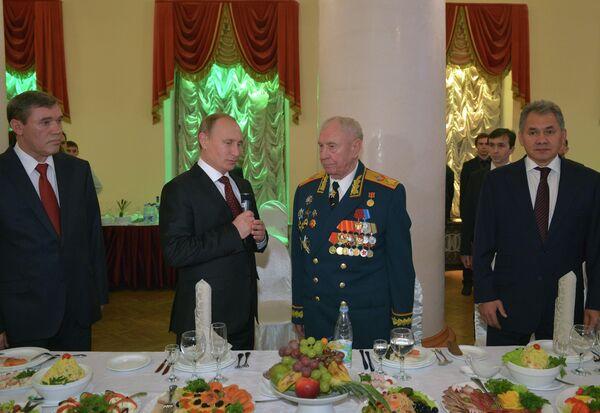 Президент России Владимир Путин поздравляет маршала Советского Союза, экс-министра обороны СССР Дмитрия Язова