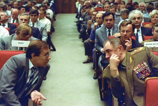 Маршал Советского Союза Дмитрий Тимофеевич Язов (справа) в зале заседаний