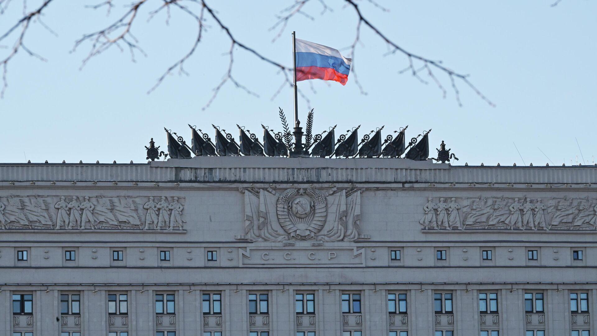 Флаг на здании министерства обороны РФ на Фрунзенской набережной в Москве - РИА Новости, 1920, 06.10.2020