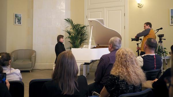 Пианист-виртуоз Дмитрий Маслеев за белым роялем в усадьбе Константиново