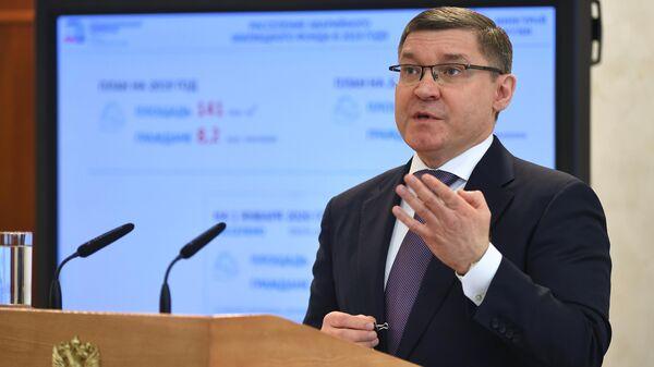 Министр строительства и жилищно-коммунального хозяйства РФ Владимир Якушев на встрече с членами Совета Федерации РФ