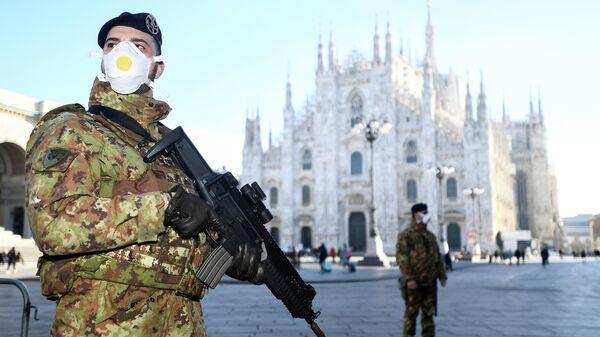 Итальянские военные в защитных масках на Соборной площади в Милане