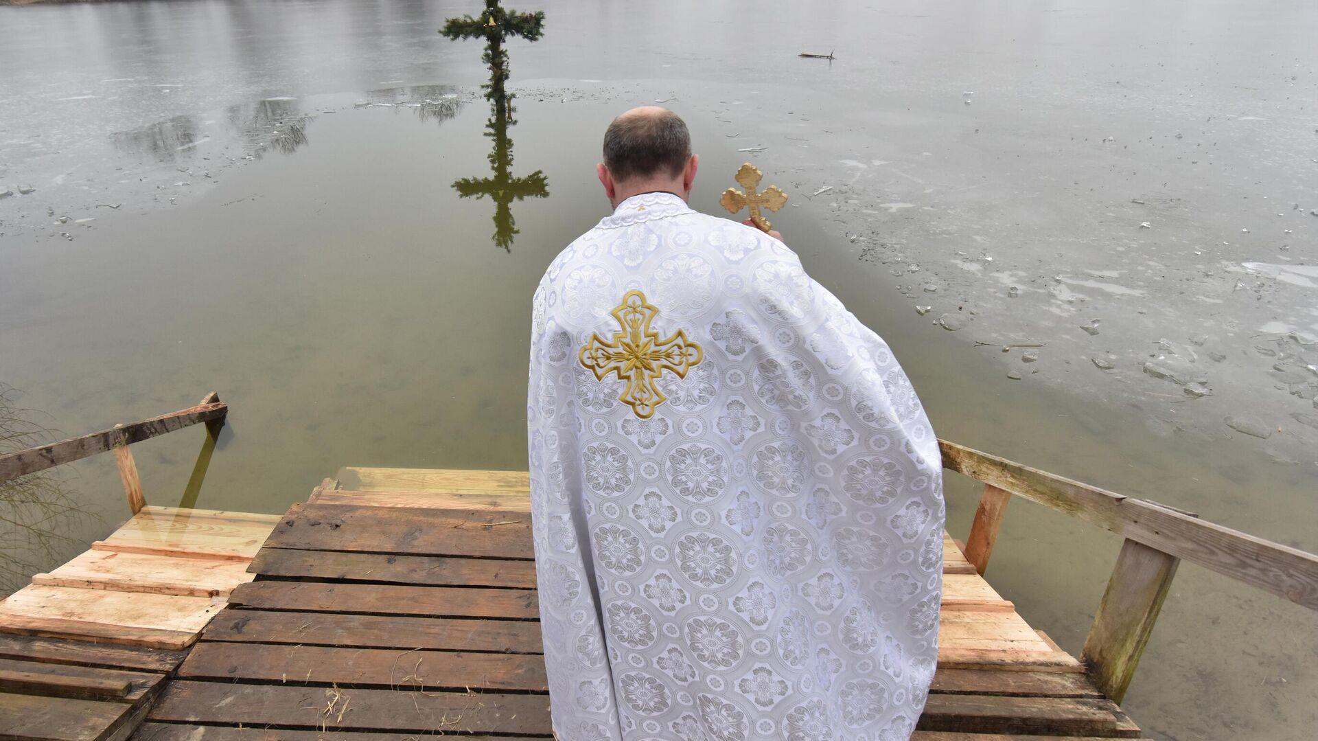 Священнослужитель на праздновании Крещения во Львовской области - РИА Новости, 1920, 14.01.2021