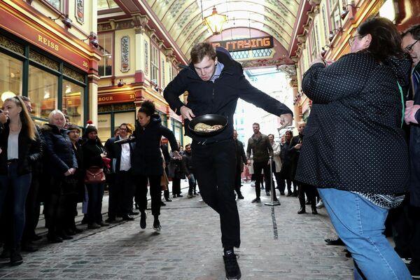 Участник забега с блинами в Лондоне
