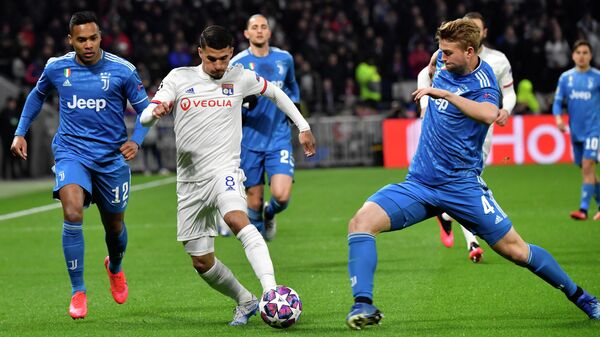 Lyon's French midfielder Houssem Aouar (C) is challenged by Juventus' Brazilian defender Alex Sandro (L) and de Juventus' Dutch defender Matthijs de Ligt during the UEFA Champions League round of 16 first-leg football match between Lyon and Juventus at the Parc Olympique Lyonnais stadium in Decines-Charpieu, central-eastern France, on February 26, 2020. (Photo by Philippe DESMAZES / AFP)
