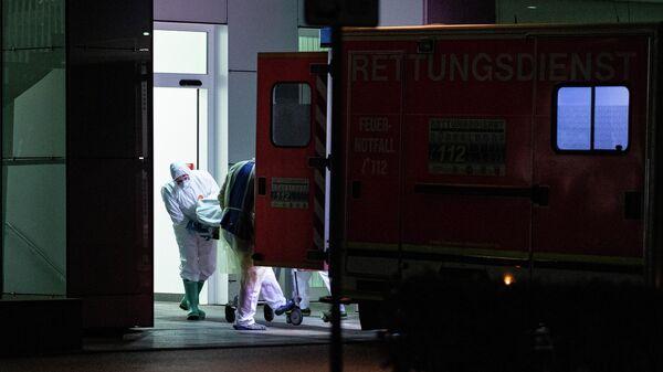 Медработники доставляют в больницу пациента, зараженного коронавирусом в земле Северный Рейн-Вестфалия