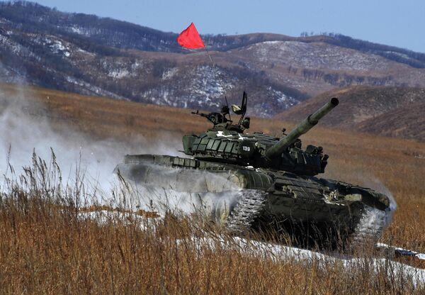 Танк Т-72 на дистанции танкового биатлона в рамках первого этапа конкурса АрМИ-2020 на полигоне Сергеевский в Приморском крае