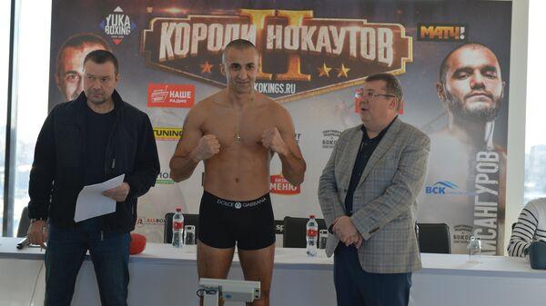 Арман Торосян (в центре)