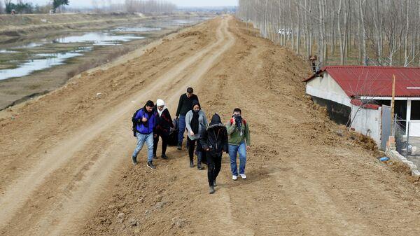 Группа сирийских мигрантов на турецко-греческой границе недалеко от города Эдирне. 28 февраля 2020