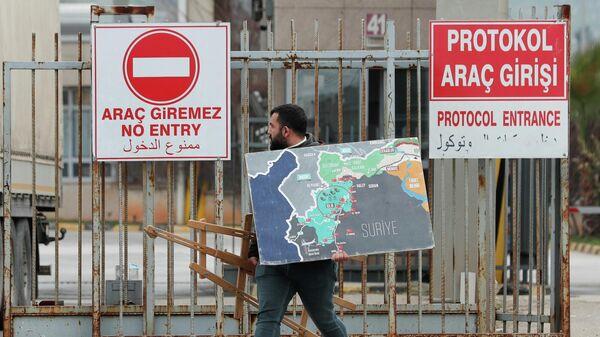 Сириец на турецко-сирийской границе в провинции Хатай