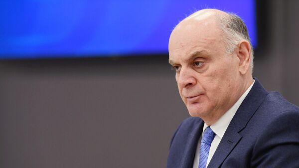 Кандидат в президенты Абхазии Аслан Бжания во время пресс-конференции