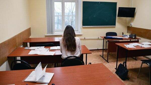 Девушка за партой в аудитории института