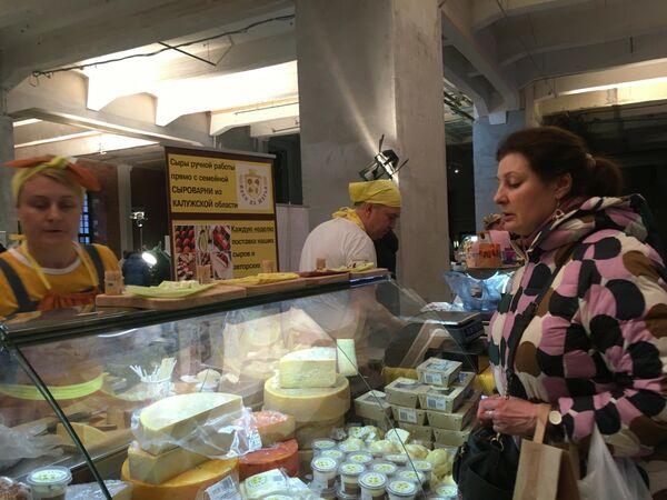 Посетительница на сырном фестивале в Музее Москвы