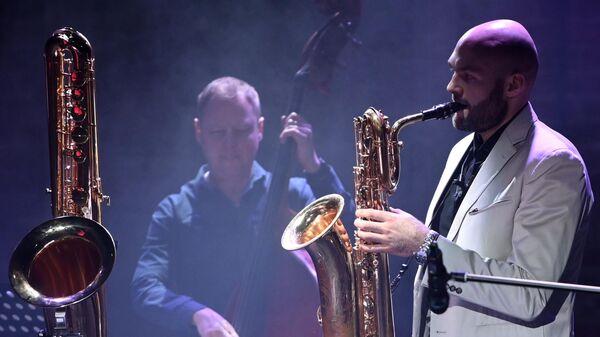 Джазовый музыкант, основатель оркестра SG BIG BAND Сергей Головня выступает на вечере Шоу саксофонов - от баса до сакселло в Центральном доме актера имени А.А. Яблочкиной