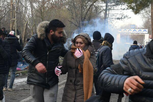 Беженцы возле КПП Пазаркуле (Pazarkule) на границе Турции и Греции