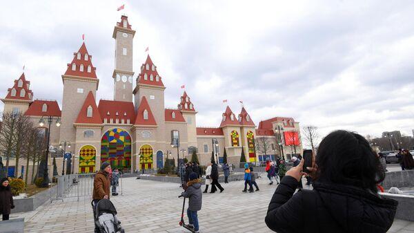 Посетители на открытии тематического парка Остров мечты в Нагатинской пойме в Москве. 29 февраля 2020