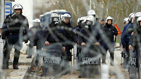 Сотрудники греческой полиции на КПП Пазаркуле (Pazarkule) на границе Турции и Греции