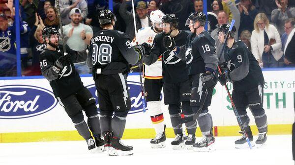 Хоккеисты Тампа Бэй Лайтнинг в матче НХЛ с Калгари Флэймз