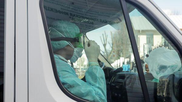 Медицинский работник в защитном костюме находится в машине скорой помощи в инфекционной больнице, после того как в Беларуси зарегистрирован первый случай коронавирусной инфекции в стране, в Минске, Беларусь, 28 февраля 2020 года.