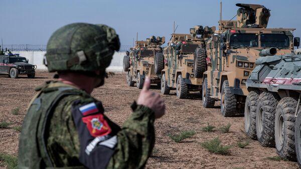 Турецкие и российские военные во время совместного патрулирования на северо-востоке Сирии