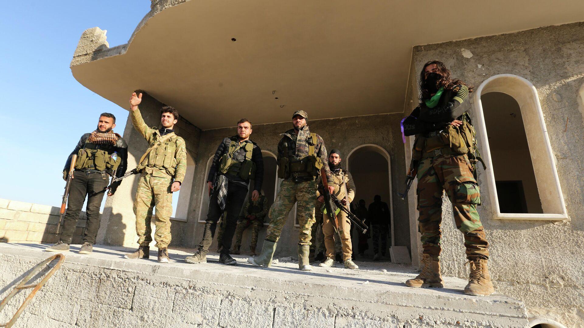 Поддерживаемые Турцией сирийские повстанцы в пригороде Саракеба в провинции Идлиб, Сирия. 27 февраля 2020 - РИА Новости, 1920, 27.10.2020