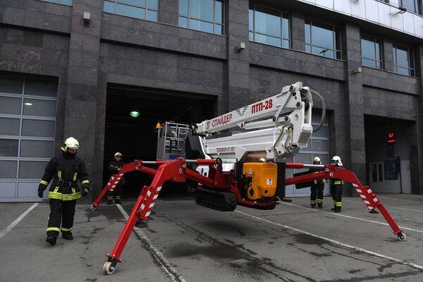 Показательные выступления работников Пожарно-спасательного центра Москвы