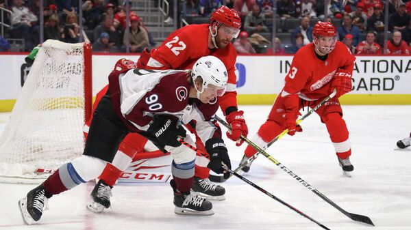 Российский хоккеист Колорадо Эвеланш Владислав Наместников в матче НХЛ против Детройт Ред Уингз